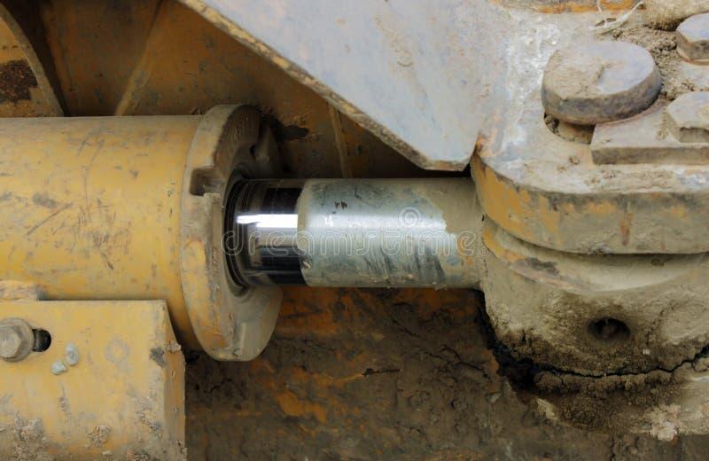 Tuyaux hydrauliques sur un piston contre le système photos stock