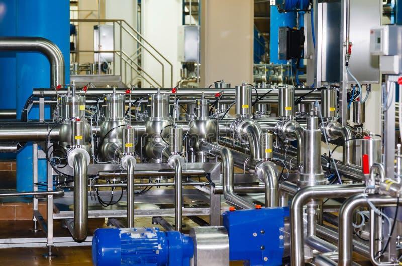 Tuyaux, réservoirs pour l'industrie alimentaire photographie stock