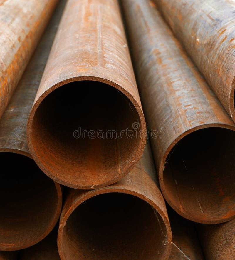 Tuyaux rouillés en métal dans la pile image stock