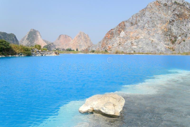 Tuyet Tinh Coc jezioro, Naturalnego koloru Błękitny jezioro przy Trai syna górą, Haiphong, Wietnam zdjęcia royalty free