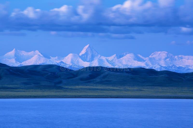 Tuzkol湖和汗腾格里峰峰顶 免版税库存图片