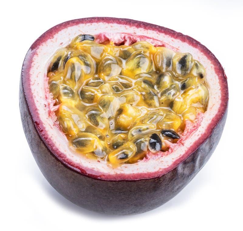 Tvärsnitt av passionfrukt med mosig fruktsaft som fylls med frö Vit bakgrund royaltyfria foton