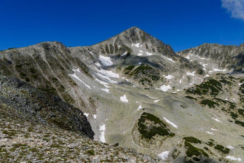 Tvärbranta lutningar av det Polezhan maximumet, Pirin berg, Bulgarien arkivfoto