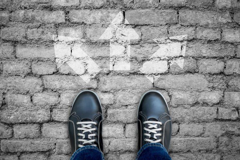 Tvärgata för tre vägar på belagt med tegel golv för agg arkivbild