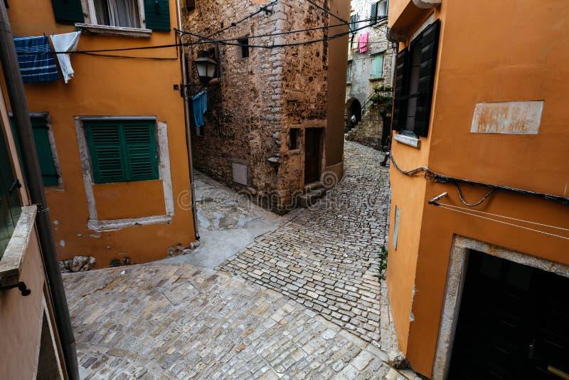 Tvärgator av flera gator i den historiska mitten av den europeiska staden av Rovinj, Kroatien royaltyfria bilder