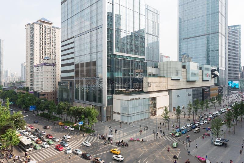 Tvärgator i Chengdu med IFS-byggnader i bakgrunden royaltyfria bilder
