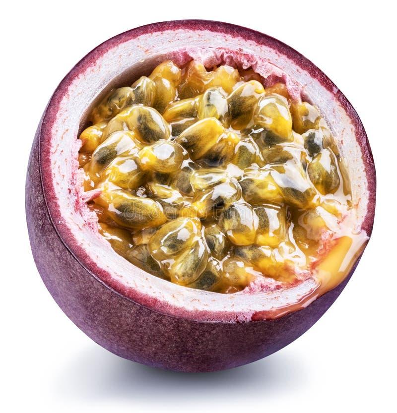 Tvärsnitt för passionfrukt med mosig fruktsaft som fylls med frö Snabb bana arkivfoto