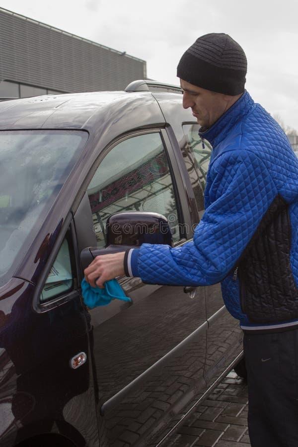 Tvätta bilspegeln arkivfoton