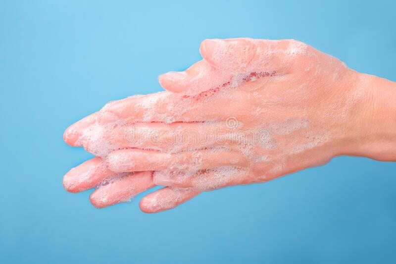 Tvätta händer med tvål på blå bakgrund Hygien Handtag för tvättning och rengöring Pandemiskt, epidemiskt koncept Coronavirus royaltyfri bild