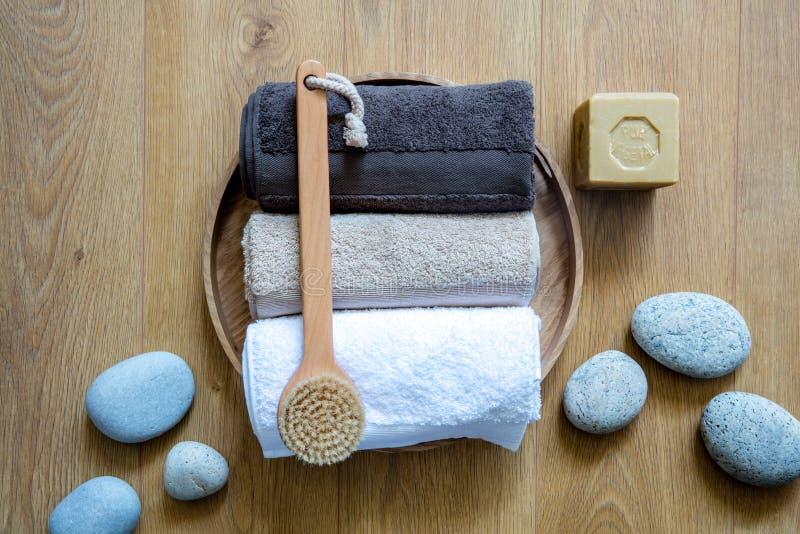 Tvätta sig upp borste, handdukar och hållbar tvål över zenstenar royaltyfri fotografi