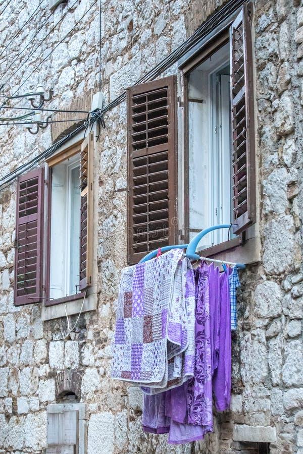 Tvättade handdukar som hänger på fönstret royaltyfri fotografi