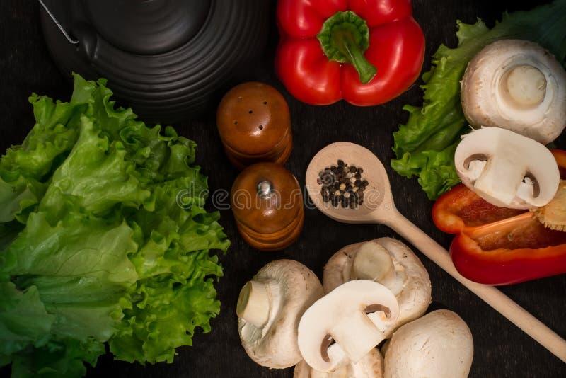 Tvättade nya grönsaker och kryddor på en svart bakgrund fotografering för bildbyråer