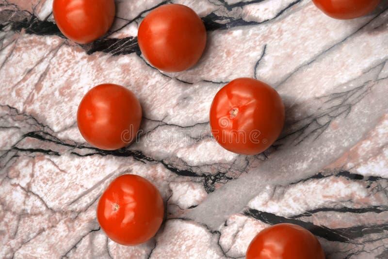 Tvättade nya körsbärsröda tomater i en metalldurkslag Körsbärsröda tomater på en mörk marmor ytbehandlar bästa sikt arkivfoto
