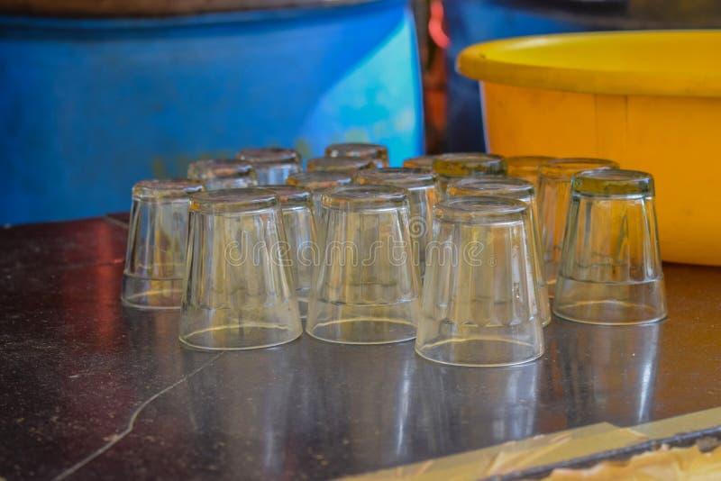 Tvättade tekoppar som utgöras av exponeringsglasmaterial som används i byarna i Indien royaltyfri fotografi