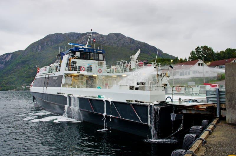 Tvättande färja i Forsand, Norge royaltyfri foto