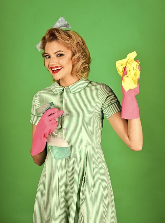 tvättande fönster Retro kvinnarengöringsmedel på grön bakgrund royaltyfri foto