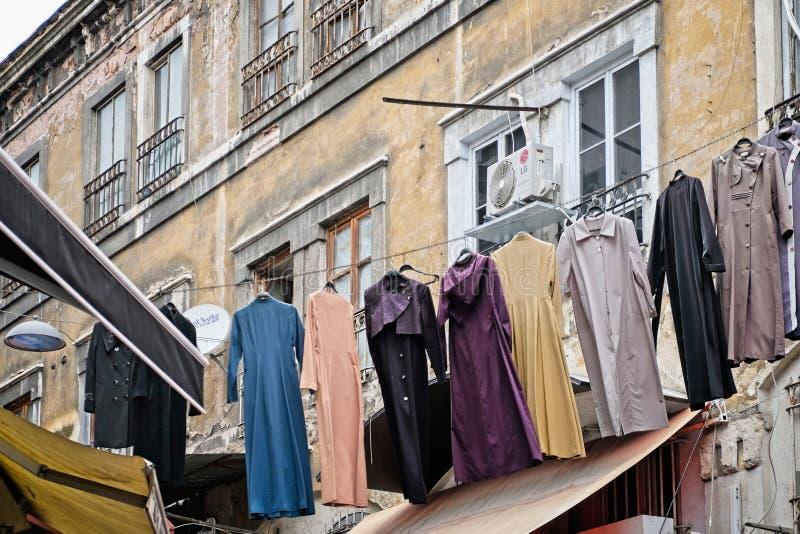 Tvättande hänga över gatan nära den storslagna basaren i Istanbul royaltyfria foton