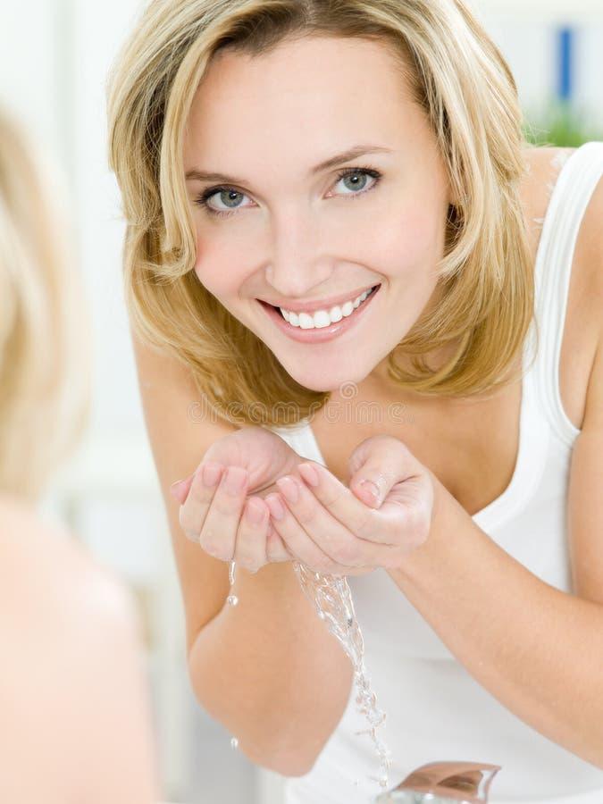 tvättande kvinna för framsida royaltyfri fotografi