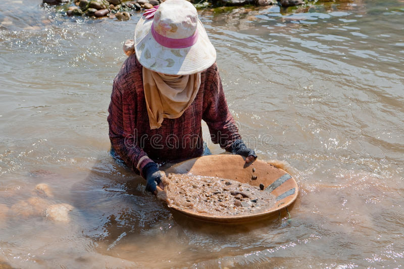 tvättande kvinna för guldflod fotografering för bildbyråer