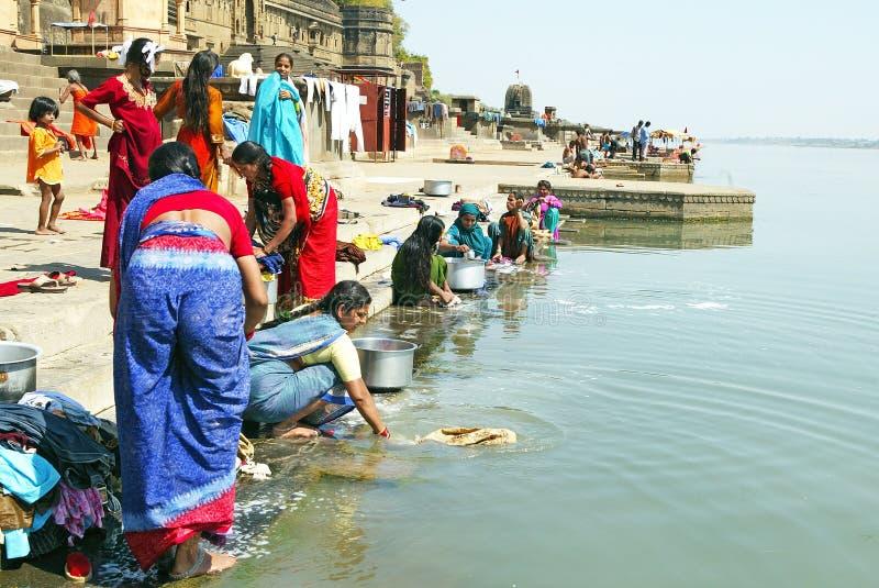 tvättande kvinnor för narmadaflod arkivfoto