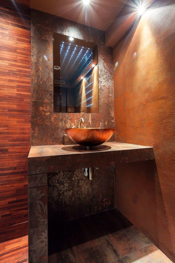 Tvättbalja i lyxigt badrum royaltyfri foto