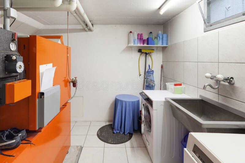 Tvätteri i källarrum arkivfoton