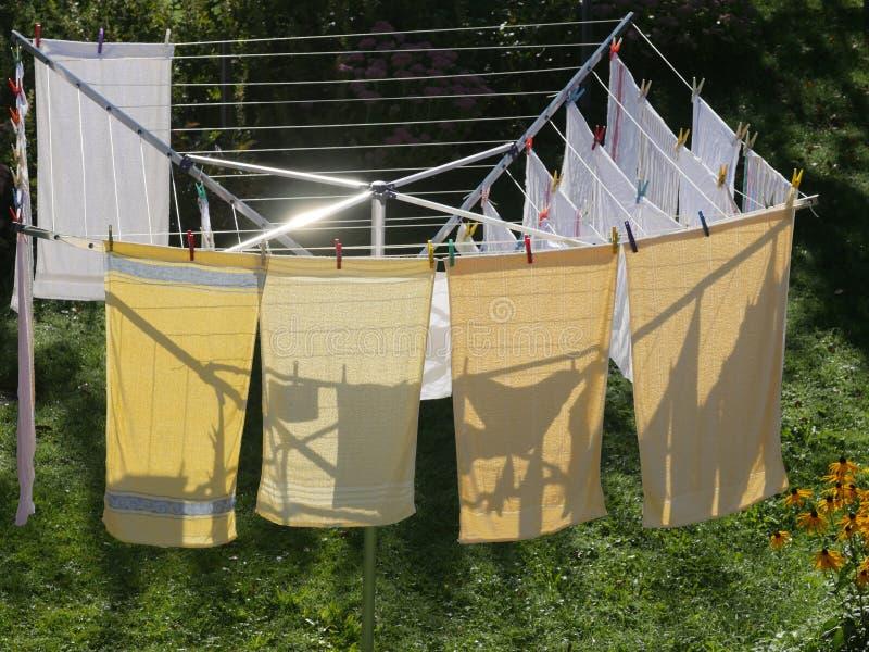 Tvätteri på en roterande tork arkivfoton