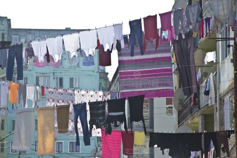 Tvätteri som framme hänger av fönstren av fasaden in arkivbild