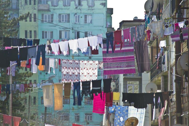 Tvätteri som framme hänger av fasaden i Batumi, Georgia arkivfoto
