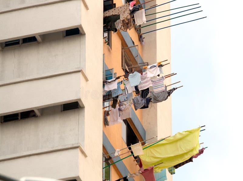 Tvätteridrying från fönster, Singapore arkivbilder
