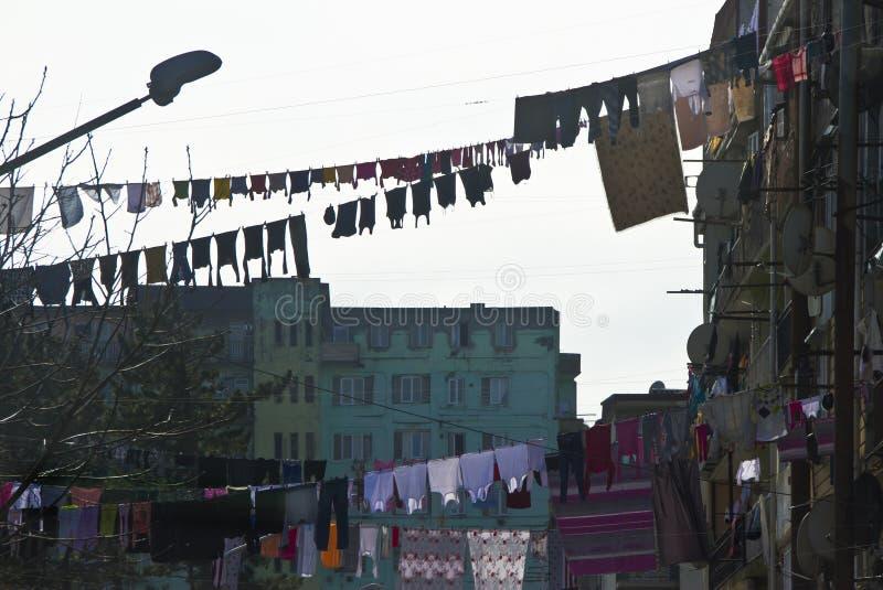 Tvätterit hänger framme av fönstren av fasaden i lodisar royaltyfria bilder