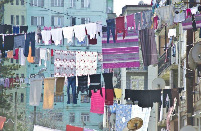 Tvätterit hänger framme av fasaden i Batumi, Georgia royaltyfri bild