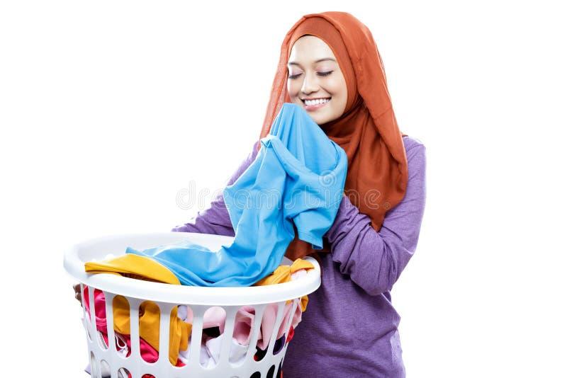 Tvättkorg för hijab för ung kvinna bärande bärande, medan lukta arkivbild