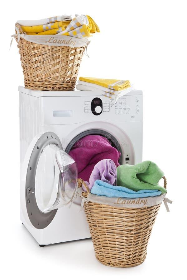 Tvättkorgen på en tvagning bearbetar med maskin arkivbilder