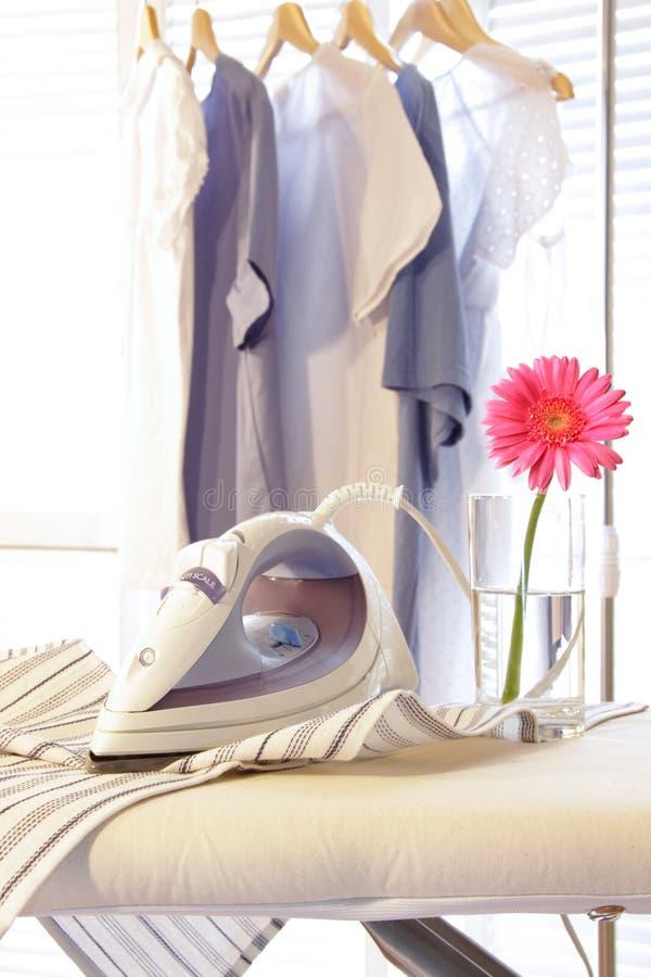 tvättstuga för brädejärnstrykning royaltyfria foton