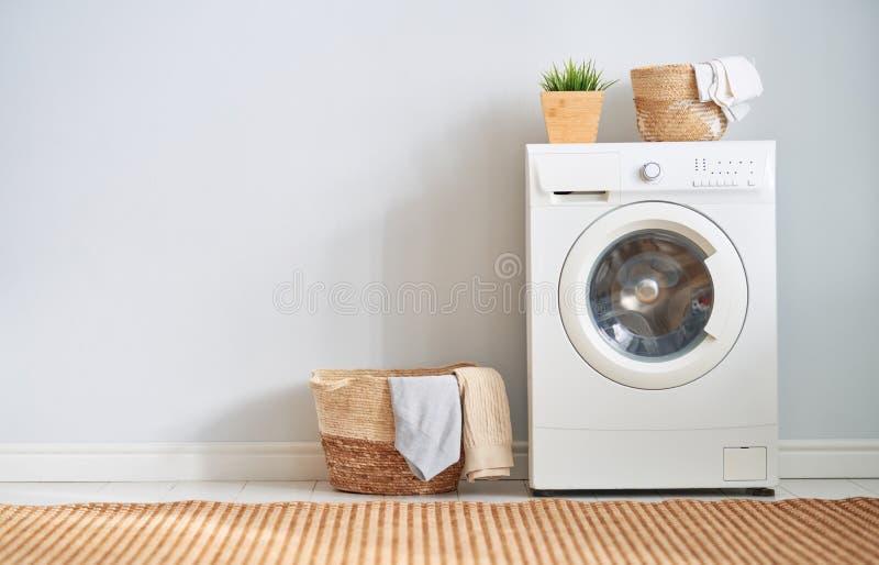 Tvättstuga med en tvättmaskin arkivbilder