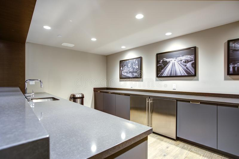 Tvättstuga med massor av utrymme i den Seattle lägenheten arkivbild