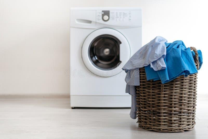Tvättstuga som är inre med tvagningmaskinen nära väggen royaltyfri fotografi