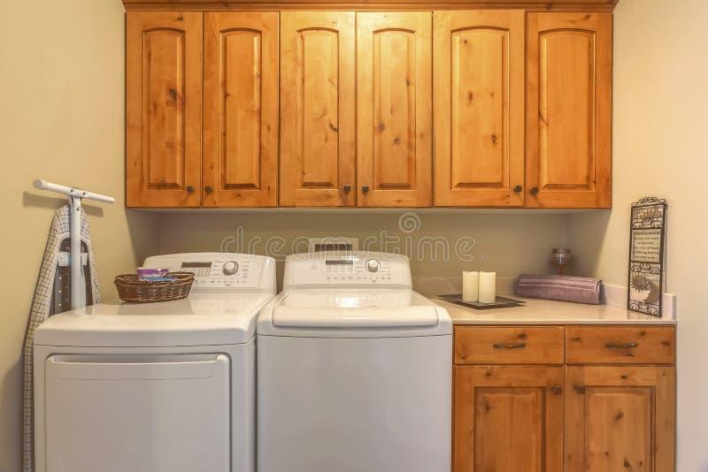 Tvättstugainre med den packningstorken och räknaren mot den beigea väggen royaltyfri foto