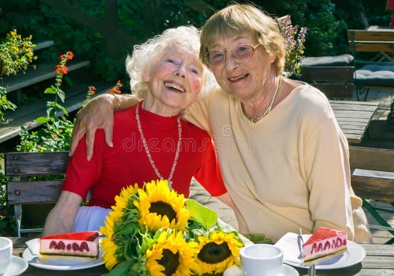 Två äldre damer som tycker om deras avgång royaltyfri fotografi
