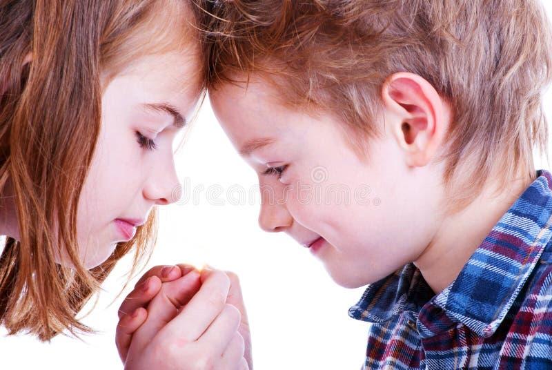 Två älska barn arkivbilder