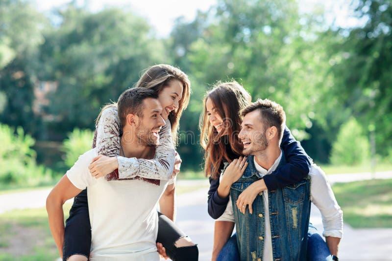 Två älska par som utomhus har på ryggen roligt fotografering för bildbyråer