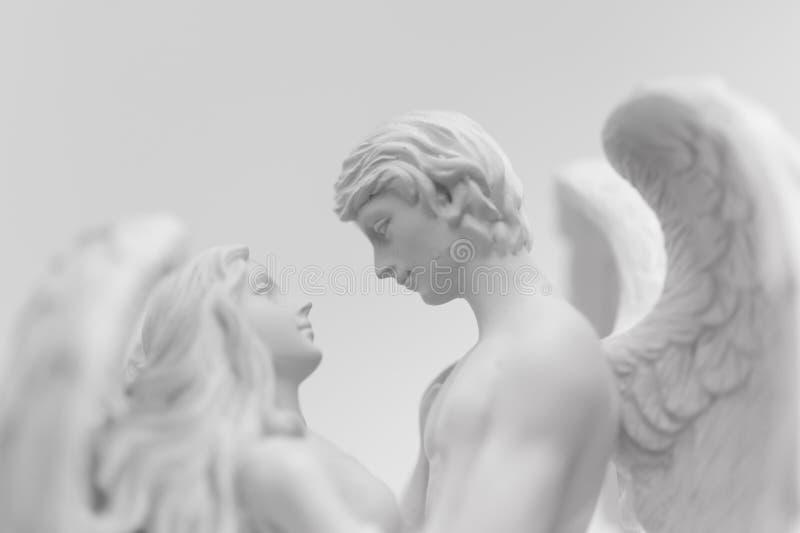Två ängelärkeänglar i romantisk omfamning och lynne som förälskelse-, fred- och trobegrepp fotografering för bildbyråer