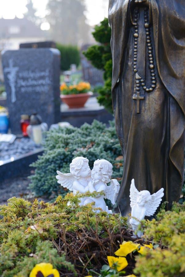 Två änglar på grav arkivfoton