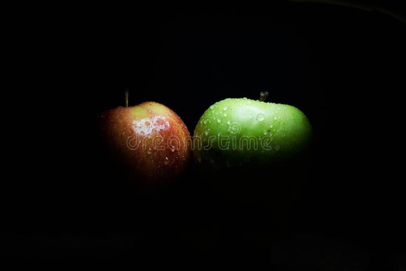 Två äpplen med droppar av vatten royaltyfri bild