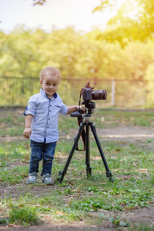 Två år gammal pojke som spelar med fotokameran arkivbilder