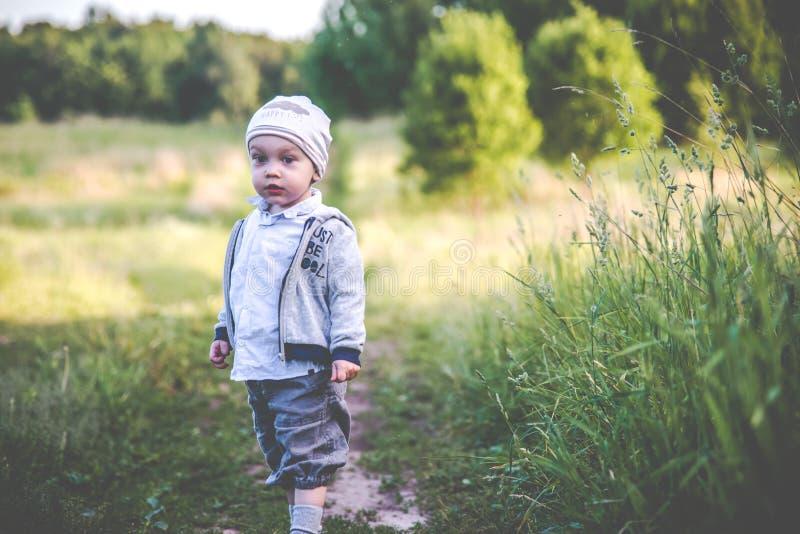 Två år pojke i natur arkivfoton