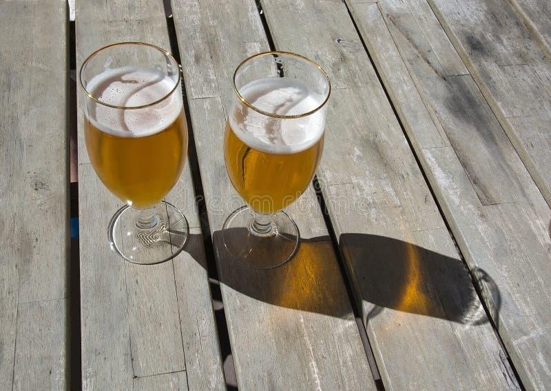 Två öl på den lantliga trätabellen royaltyfri bild
