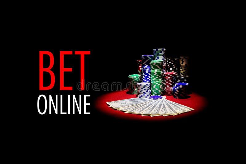 Två överdängare och bunt av att spela chiper på röd kasinotabl royaltyfria bilder