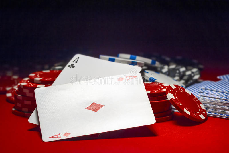 Två överdängare och en hög av pokerchiper arkivfoto